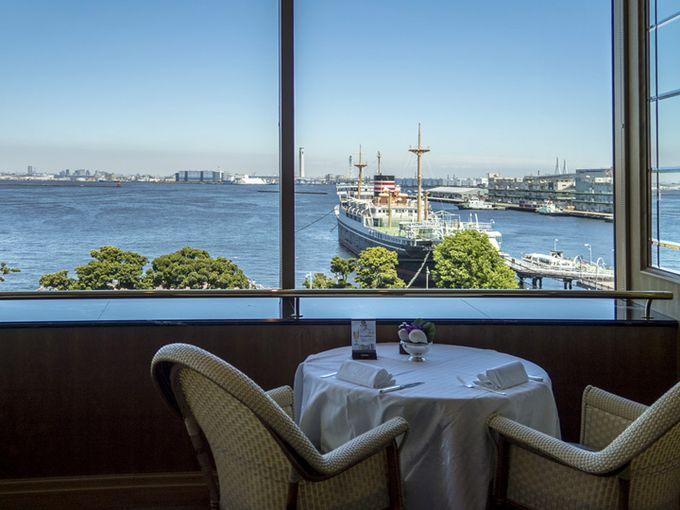 豪華客船ノルマンディ号の甲板と同じ高さの「ル・ノルマンディ」。開けた眺望はまさにクルーズレストランさながらです。ホテルニューグランドの5Fです。
