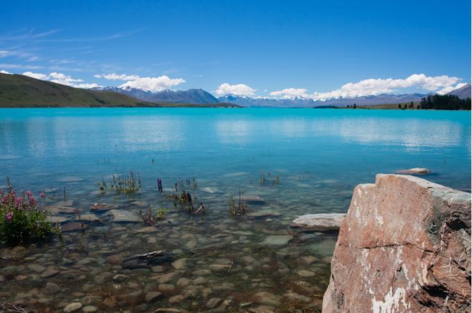 魅惑的に輝くミルキー・ブルーのテカポ湖