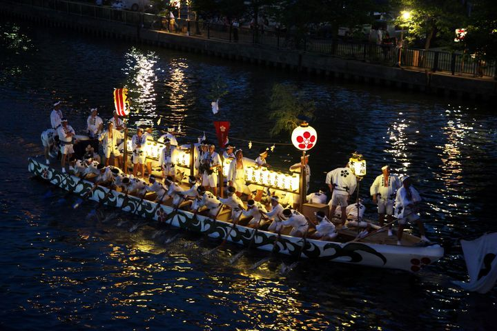 日本三大祭の一つ!5,000発の奉納花火が夜空を彩る大阪の「天神祭」とは