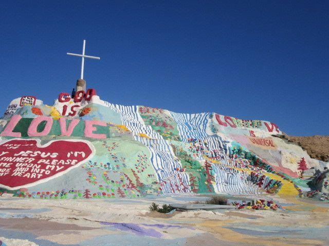 このカラフルな場所は一体?30年かけて作られた砂漠の丘「サルベーション・マウンテン」